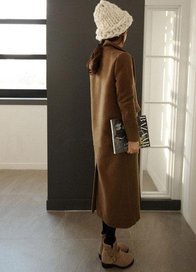 女式驼色复古型长款呢子大衣搭配黑色打底裤棕色短靴