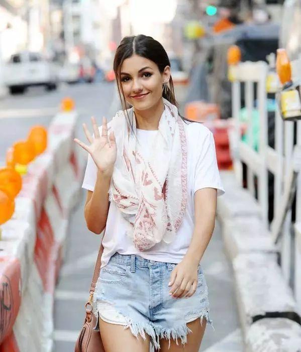 夏季围巾的搭配让你时尚迷人